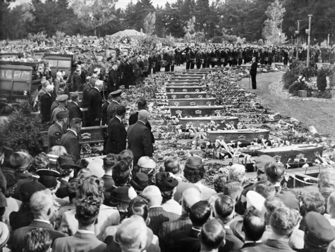 Funeral for the victims of the Ballantyne's Department Store fire, Ruru Lawn Cemetery, Christchurch. New Zealand Free Lance : Photographic prints and negatives. Ref: PAColl-7171-88. Alexander Turnbull Library, Wellington, New Zealand. https://natlib.govt.nz/records/22322125